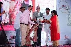 1-City-ICON-Award-for-Dr.-DP-Sharma-received-by-his-Wife-Mrs.-Anuragi-Sharma-from-Chairman-Stock-Exchange-Board-of-India-and-Padm-Bhusan-Dr.-DR-Mehta